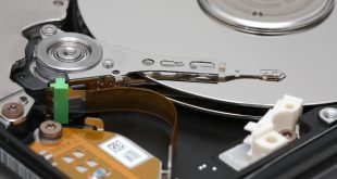 Hard_disk_platters_and_head
