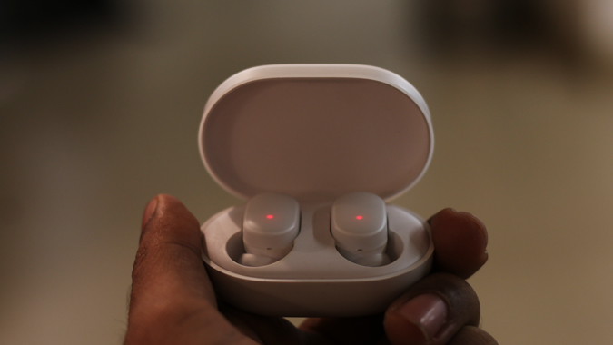 xiaomi mi airdots buds charging in the case