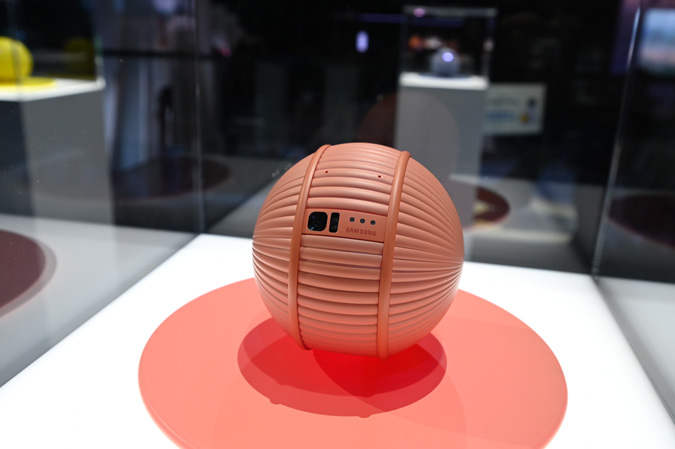 samsung-ballie-cute-robot